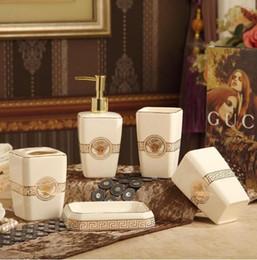 Ingrosso Accessori da bagno in ceramica Eleganti set da bagno in 5 pezzi 1 bottiglia di sapone + 1 portasapone + 1 portaspazzolino + 2 tazze di colore rosa