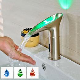 économie d'eau de luxe LED lumière pont montage vague de style robinet de bassin de la salle de bain de l'eau