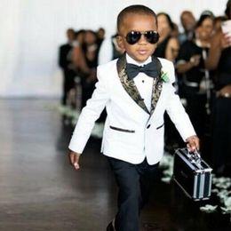 Опт Красивый белый дети свадебные смокинги приталенный золотой узор отворот костюмы для мальчика торжественная одежда одна кнопка дети дружки блейзер + брюки