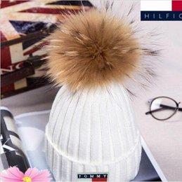 Großhandel NEUER Winter gestrickte reale Pelz-Hut-Frauen verdicken Beanies mit 15cm realen Waschbär-Pelz-Pompons-warmen Mädchen-Kappen-Hysteresenpompon-Beaniemützen