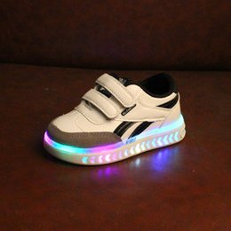 China 2018 high quality European new stars lighted LED children sneakers cool fashion kids shoes hot sales shining girls boys shoes supplier shining star shoes suppliers