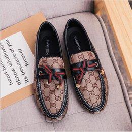 Venta al por mayor de 2019 Nuevo Slip On Mocasines Hombres Zapatos de cuero casuales Fiesta de bodas Hombres Hombres Zapatos de vestir Mocasines hechos a mano