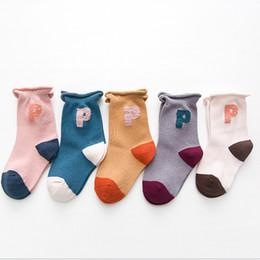 Calcetines deportivos para niños otoño e invierno nuevos hombres de algodón  y mujeres carta bebé calcetines a rayas por mayor bf6ed6a7fb1