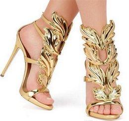 Venda quente De Ouro De Metal Asas Folha Com Tiras Vestido Sandália Prata Ouro Vermelho Gladiador Sapatos De Salto Alto Mulheres Metálicas Sandálias Aladas venda por atacado