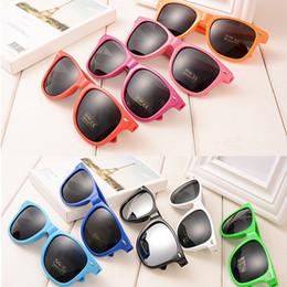 4c31b9d2bb Mujeres a granel Playa de verano Gafas de sol de lujo Colores del caramelo  marco gris Lente Gafas de sol Diseñador de moda para hombres gafas de viaje  gafas