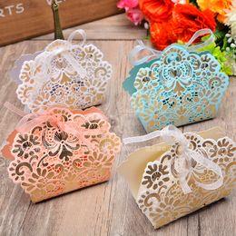 Sacchetti multicolori della caramella del taglio del laser di colore di 100pcs con il nastro della festa nuziale favori i contenitori di regalo la nuova borsa della caramella del biglietto di S. Valentino di cerimonia nuziale