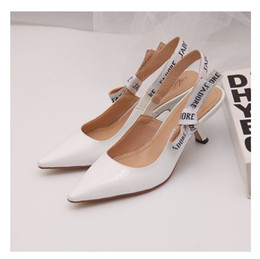 Vente chaude - Lettre Bow High Heel Chaussures Femmes Piste pointue Toe Bas Heel Chaussures Femme Gladiaor Sandales Lady Brand Design Mesh Chaussures plates en Solde