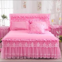 Venta al por mayor de Ropa de cama de encaje Falda de la cama Fundas de almohada Rosa Romántica Boda Cubierta de la cama de la colmena Princesa Colchas Sábana tamaño King Queen Twin Textiles para el hogar