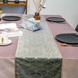 Toptan satış Kadife Bronzlaşmaya masa koşucu Altın geometri baskılı masa bayrağı yatak bayrakları Masa Örtüsü Placemat otel ev üst sınıf masa Dekorasyon DBC BH3321