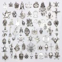 Vente en gros Assortiment de 60 motifs Halloween charmes crâne squelette main araignée batte fantôme sorcière pendentifs bricolage fabrication de bijoux 60pcs / sac