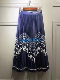 7161d70f185 De gama alta Faldas midi de las niñas de las mujeres vestido Gorgeous Azul    Negro Carta Imprimir pliegues Faldas con detalle plisse Mujeres 2019  Nuevas ...