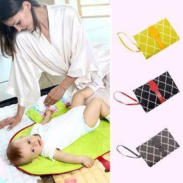 Venta al por mayor de Pañal del bebé protector impermeable del amortiguador con cambiador para bebés Hoja portátil de cambio de pañales cojín plegable infantil alfombras de baño 5styles GGA2714