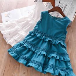 1122bef6c7 Las niñas de encaje hueco vestido del chaleco bordado niños cuello redondo  con gradas falbala princesa vestido 2019 verano vestido de fiesta de los  niños ...