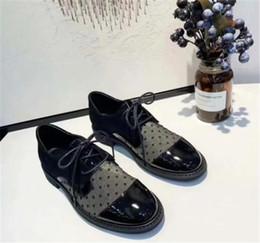 60551eac9 Primavera confortável único cinto de mulheres calcanhar plana das mulheres  sapatos ponto de onda de malha sandálias de couro respirável pequenos  sapatos ...