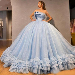 Ballkleid Light Blue Quinceanera Kleider Strapless Pailletten abgestuftes Tulle Puffy Abschluss-Kleid schnüren sich oben Rückseite Mädchen-Festzug-Kleider