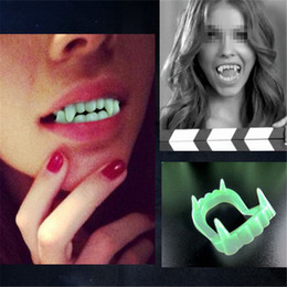 $enCountryForm.capitalKeyWord NZ - Vampire Fake Teeth Luminous Glow in the Dark Gag Terrorist Toy for Halloween Party Cosplay Prop Masquerade Funny Makeup Dentures
