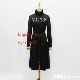 62e979a8fc9d8 2018 Designer Frauen Kleid High End Schwarz Stehkragen Lange Ärmel Falten  Lange Womne Kleid Brief Drucken Reißverschluss Promi Stil Kleid 927886