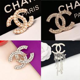 Vente en gros Marque Designer Broches Cristal Diamant Broche Lettre Broche Corsage De Luxe Broches Célèbre Femmes Bijoux De Mode Costume Décoration