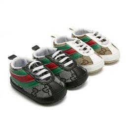 Venta al por mayor de Bebé de los zapatos de bebé clásicos casual niño recién nacido de lona de la tela escocesa de los bebés del otoño del deporte Primeros zapatillas de deporte de los zapatos de los caminante