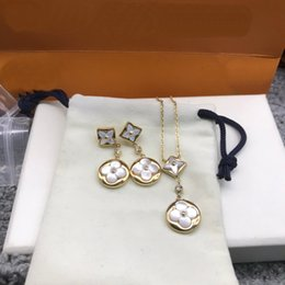 Europe America Fashion Jewelry Sets Lady Women White Mother of Pearl Four Leaf Flower Dianond Engraved V Initials Necklace Earrings Sets on Sale