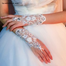wedding mittens UK - Accessoire mariage2019 new bride dress gloves summer short hand-drilled white mittens gloves wedding lace crystal