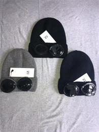 Venta al por mayor de El más nuevo C.P CP COMPANY COMPANY gorros dos gafas hombres otoño invierno gorros gorros de punto gruesos sombreros deportivos al aire libre mujeres gorros negro gris