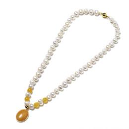edaab7a91467 Delgado con perlas ovaladas de color blanco claro con cuatro cuentas  redondas de color naranja y marrón claro Oval 18   23   6 mm Colgante Collar  de perlas ...
