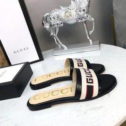 Großhandel Großhandel Italien Frauen Slides Sommer Luxus Designer Strand Innen Flache f brief Schuhe Marke Mens Sandalen Hausschuhe Haus Flip Flops Mit Spike