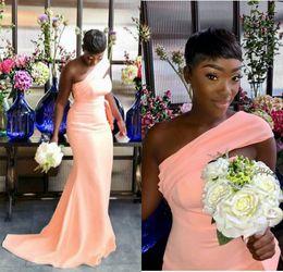 ワンショルダーマーメイドの花嫁介添人ドレスプリーツガーデンカントリー女性の結婚式ゲストイブニングパーティーガウンの名誉ドレスプラスサイズ安いサイズ