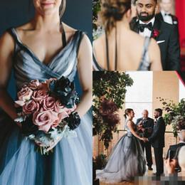 Venta al por mayor de Sexy White And Black Tulle Gothic A Line Vestidos de novia 2019 Open Back Sweep Train Para vestidos de boda Country Garden Árabe