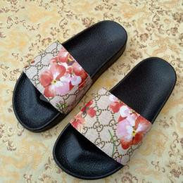 Hommes femmes huaraches designer sandales caoutchouc causal été huaraches pantoufles mocassins plats cuir diapositives sandales designer en Solde