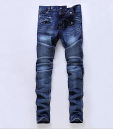 Pantalones vaqueros con orificios desgastados para hombres Diseñador de moda Pantalones vaqueros rectos para montar en motocicleta Pantalones de mezclilla estilo casual de calle para hombres en venta