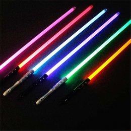 Lightsaber Brinquedos guerras conduzidas para crianças sabre Oyuncak Luminous Jedi Sabre Laser Espada-se luz LED piscando lightstick brilham no escuro em Promoção