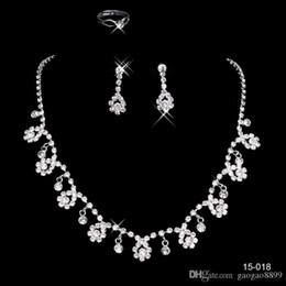 Barato En Stock muchos estilo Envío Gratis Conjuntos de joyas de boda Collar de plata chapado Pendientes Conjuntos Rhinestone Accesorios de boda brillante en venta