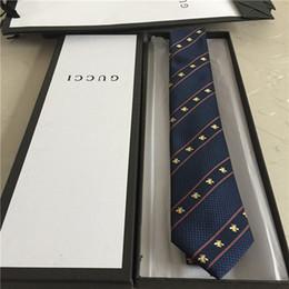 Vente en gros Cravate de créateur de qualité cravate étroite 100% soie cravate boîte cadeau 7 cm doré édition classique marque de luxe pour hommes