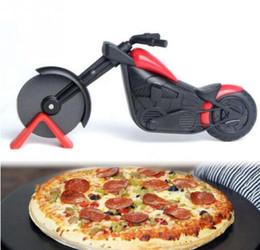 Vente en gros Moto Pizza Cutter Outils En Acier Inoxydable Pizza Roue Couteau Couteau Moto Rouleau Pizza Chopper Trancheur Couteaux À Peler Pâtisserie Outil GGA2063