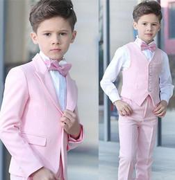 Ingrosso Ragazzo 4 pezzi vestito da rosa smoking smoking picco risvolto one button boy abbigliamento formale per bambini per il partito di promenade custom made (giacca + pantaloni + vest + papillon