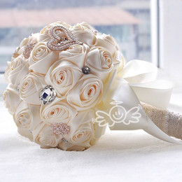 Roses cReam floweR online shopping - 2019 Luxury Gorgeous Wedding Bridal Bouquets Elegant Pearl Bride Flower Wedding Bouquet Handmade Crystal Ribbon Cream