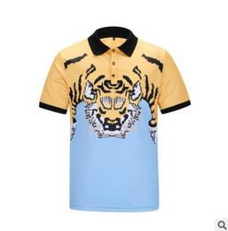 Ingrosso T-shirt polo per uomo primavera estate T-shirt polo moda nuova moda a manica corta Sciarpa creativa stile oro fiore scultura Abiti casual giovani