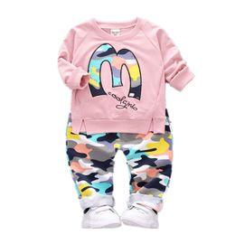 Çocuklar giysi tasarımcısı kız erkek kıyafetler çocuk mektup Tops + Kamuflaj pantolon 2 adet / takım 2019 moda Butik bebek Giyim C6688 Setleri