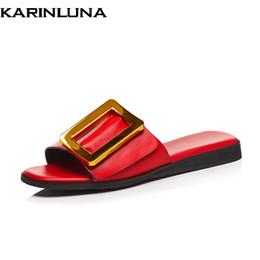 Venta al por mayor de Karinluna 2019 tamaño grande 43 marca de lujo con diseño de cuero genuino plana con chanclas Zapatillas Zapatos Moda mujer sandalias de mujer