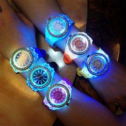 Роскошные Женева LED Светящиеся Часы Мужская Diamond Rhinestone Night Light Наручные Часы Мужчины Женщины Силиконовые Gleamy Кварцевые Наручные Часы LED Часы