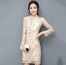 ee444c4a Beige elegante vestido de las mujeres chinas de seda cheongsam qipao  vestido tradicional chino de manga larga de encaje qipao