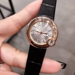 Новые знаменитые женские элегантные часы с автоматическим кварцевым механизмом 30 мм Серебряный циферблат из сапфирового стекла с кожаным ремешком для часов Синие женские воздушные часы на Распродаже