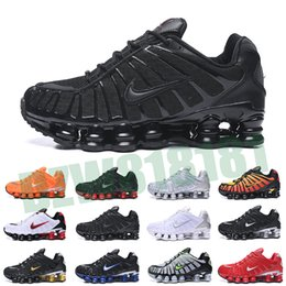 Nike Air Max Shox TL 1308 2020 Bred TL Hommes Chaussures de course OZ NZ R4 1308 Université Triple Noir Metallic Silver Sunrise Red formateurs Designer de sport Z81 en Solde