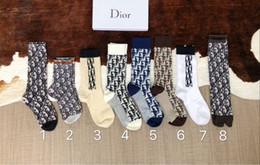 fa924caa81531 Дизайн хлопчатобумажные чулки носки для женщин Модный бренд Старинные буквы  Носок Средний чулок Рождественские подарки