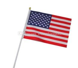 Großhandel Hand Stick Flags auf Holz Stick Polyester USA amerikanische Flagge Sterne Streifen Festival Party Supplies 2018121504