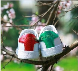 $enCountryForm.capitalKeyWord Australia - Good quality New Men Women Low Top Flats shoes Fashion Designer 3D Embroidery Sneakers 7 styles bee dog tiger heart Casual shoes 06