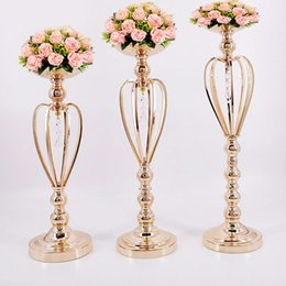 China Metal Gold Candle Holders Road Lead Table Centerpiece Stand Pillar Candlestick For Wedding Candelabra Flowers Vases suppliers