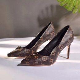 Saltos altos femininos, o vamp é lindamente decorado com caracteres dourados V, estilo profissional de verão